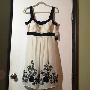 Embroidered black and white dress with backzipper